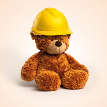 """Le visu principale de la campagne """"un monde qui change"""". un ours en peluche avec un casque de chantier. Crée par Mikado"""